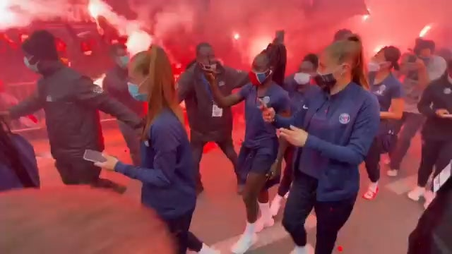 PSG supporters welcome the women's team for their last match against Dijon. If they win, the Parisians would be champions for the first time ever and would put an end to 14 straight titles for the Lyonnaises : WomensSoccer